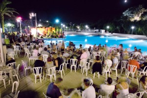 Avond animatie bij het zwembad op Camping el delfin verde