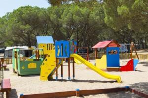 Een speeltuin op Camping el delfin verde
