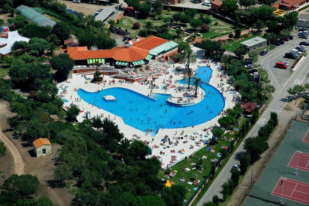zwembad in de vorm van een dolfijn op Camping el delfin verde